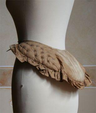 Cul de Crin - circa 1820 - Found on: http://www.abitiantichi.it/collezione/biancheria/crinolina12.html